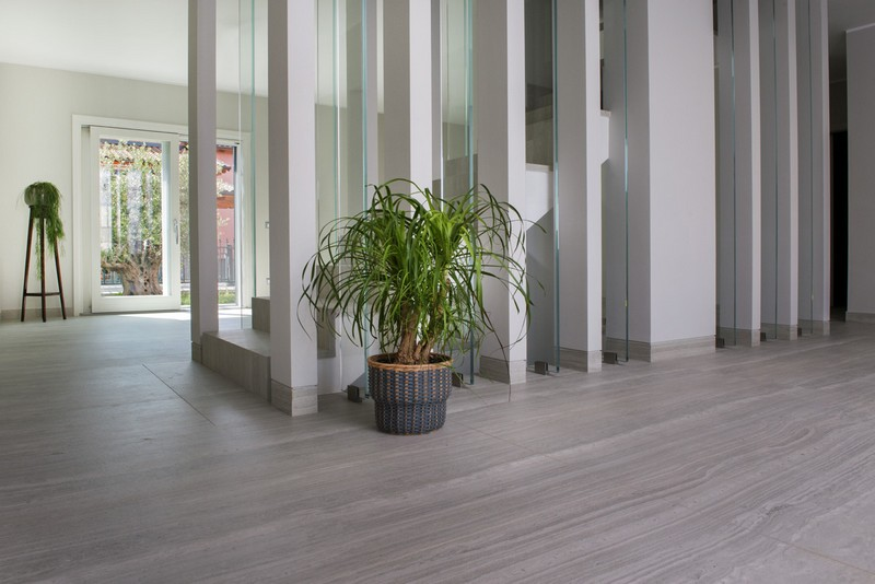 Neolith House Rome_Floors & Stairs_Strata Argentum Riverwashed (2)
