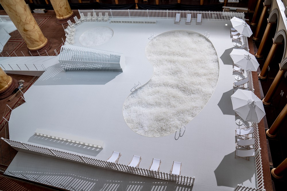snarkitecture_fun_house_exposition_national_builging_museum_musée_washington_usa_bulle_architecture_scénographie_piscine_balle_blanche_plastique